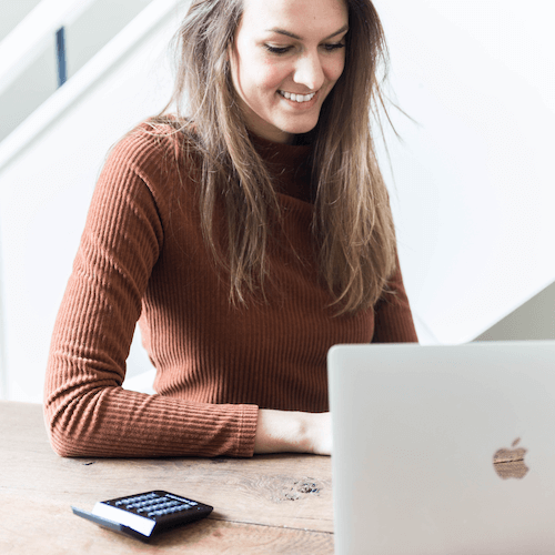 paperdork foto Nikkie achter laptop